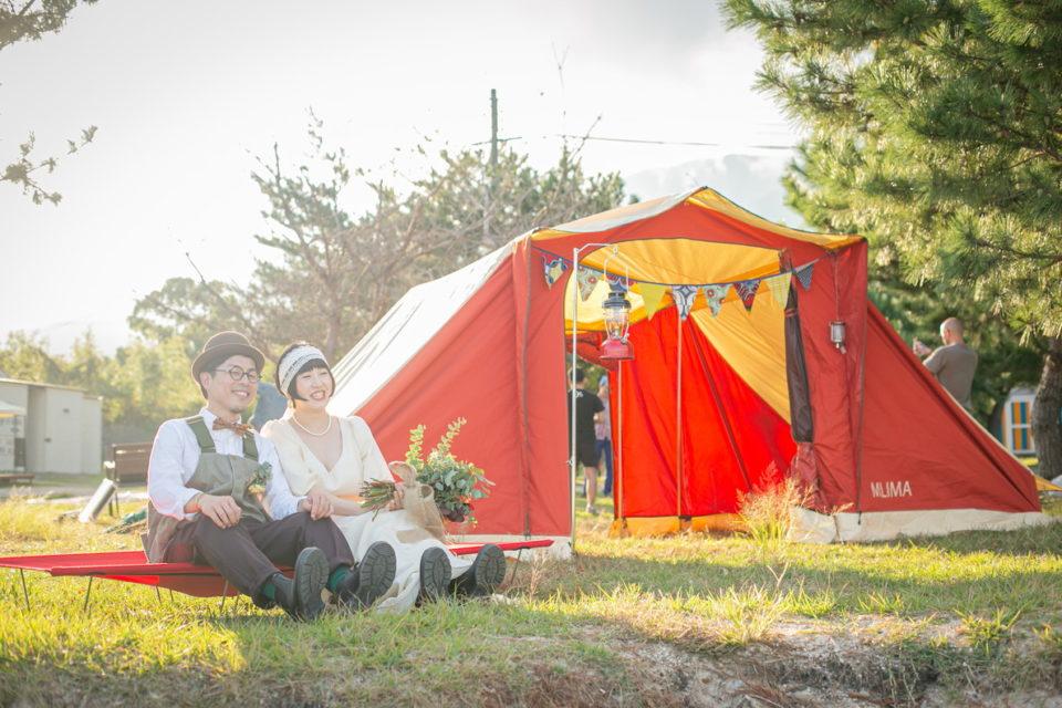 アウトドアウェディング、テントと新郎新婦
