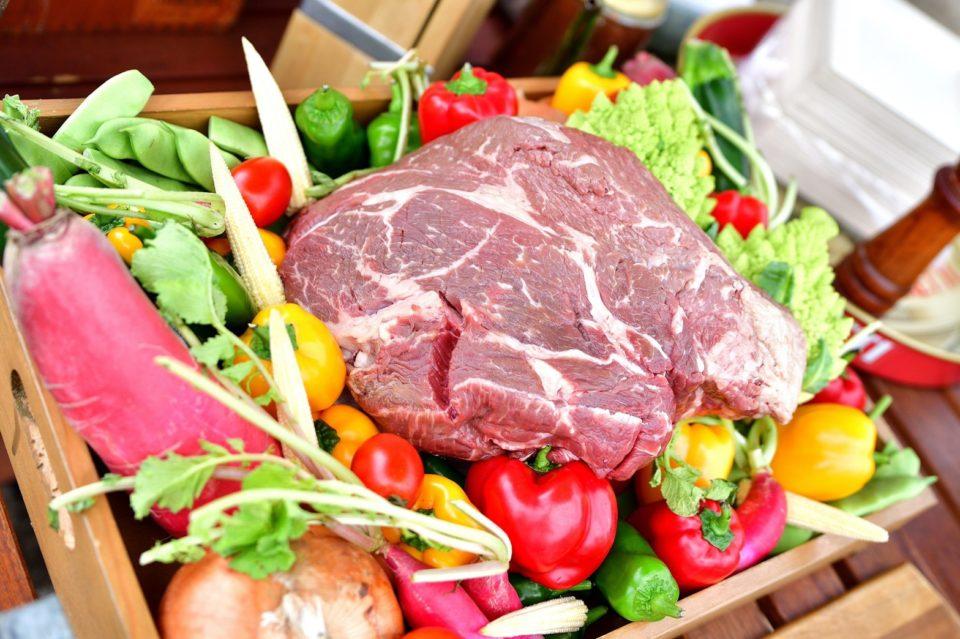 アウトドアウェディング進行の肉